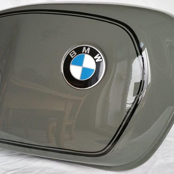 BMW R100 Tank frisch lackiert und handgezogene Linierungen