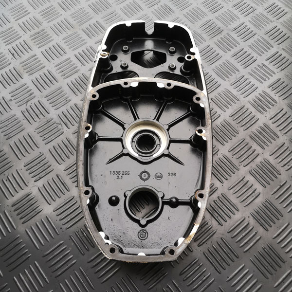 Kettenkastendeckel BMW R100 vor Reinigung und Glasperlenstrahlen